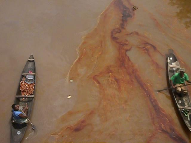 Marzo 2014. Ikarama-Kalaba: perdita da un oleodotto dell'Agip nel Taylor Creek.