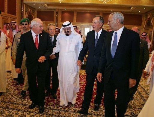 """""""Re Abdullah con Dick Cheney e George H.W. Bush, Agosto 2005"""" photo by David Bohrer - Wikimedia"""