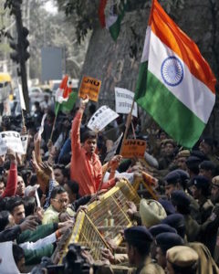 Activists from various Hindu right-wing groups shout slogans as they try to cross a police barricade during a protest against the students of Jawaharlal Nehru University (JNU) outside the university campus in New Delhi, India, February 16, 2016.  REUTERS/Anindito Mukherjee - RTX275UU