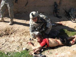 2010. Il soldato Jeremy Morlock in posa con il cadavere di Gul Mudin. Fonte: The Rolling Stones.
